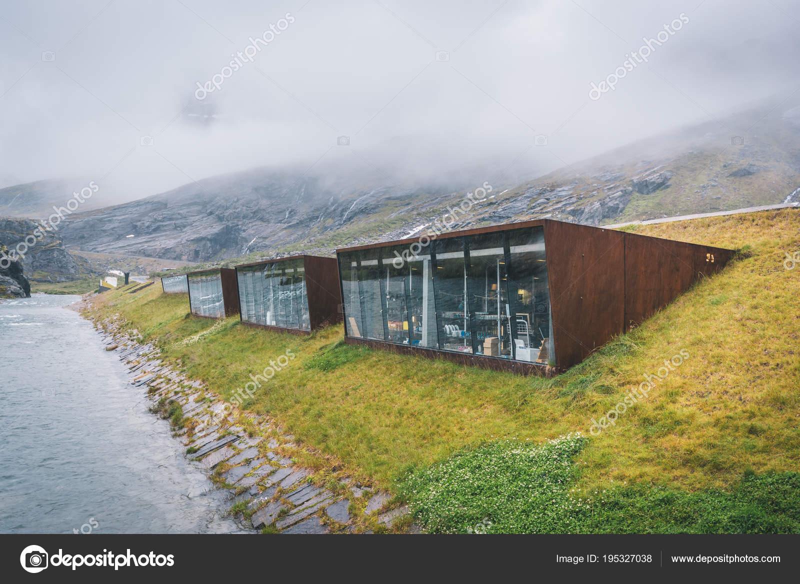Modernas Cabañas Madera Noruegas Montaña Niebla Cerca Río