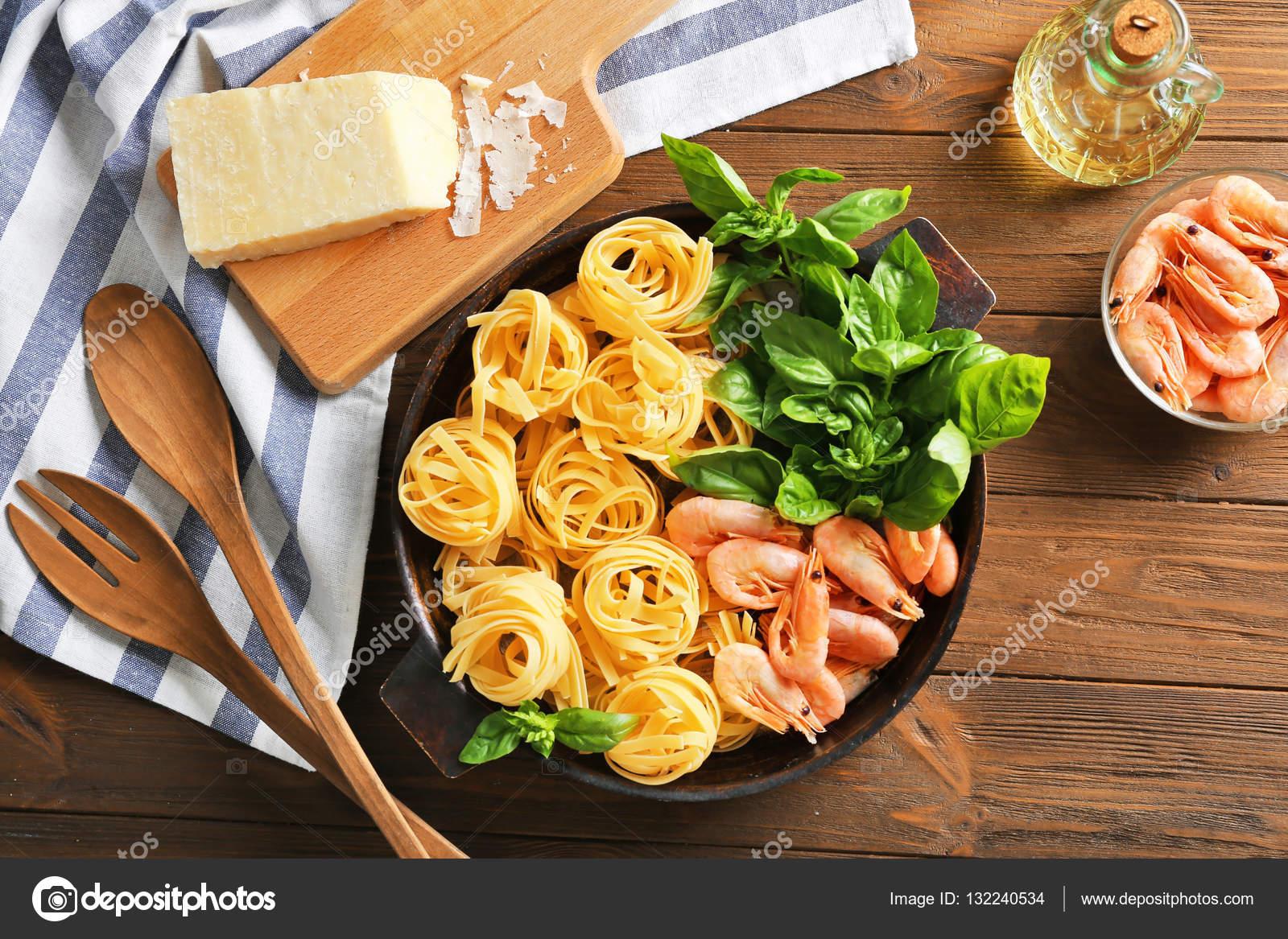 kitchen table high top best cabinets 潘用木制的桌子 顶视图上的美味面食 叉 匙 餐巾和厨房板的食材 照片作者belchonock