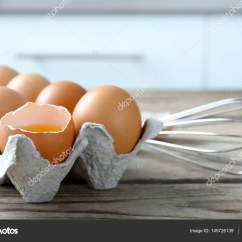 Kitchen Whisk Savers 生鸡蛋用拂尘包中 图库照片 C Belchonock 145726139 生鸡蛋在包用拂尘在厨房的桌子上 照片作者belchonock