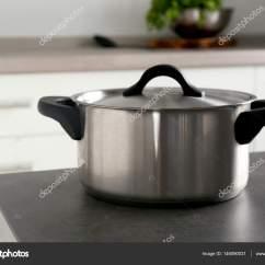 Metal Kitchen Tables Best Rugs 桌上的金属平底锅 图库照片 C Belchonock 146090031 在厨房桌子上的金属平底锅 照片作者belchonock