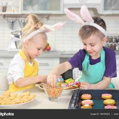 Kid Kitchens Cooking Oil Container Kitchen Supplies 可爱的小孩在厨房里装饰复活节曲奇饼 图库照片 C Belchonock 146105033