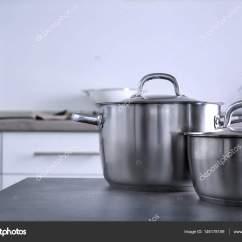 Metal Kitchen Tables Paint Colors For Walls 在厨房里的金属锅 图库照片 C Belchonock 146178159 在厨房桌子上的金属锅一套 照片作者belchonock