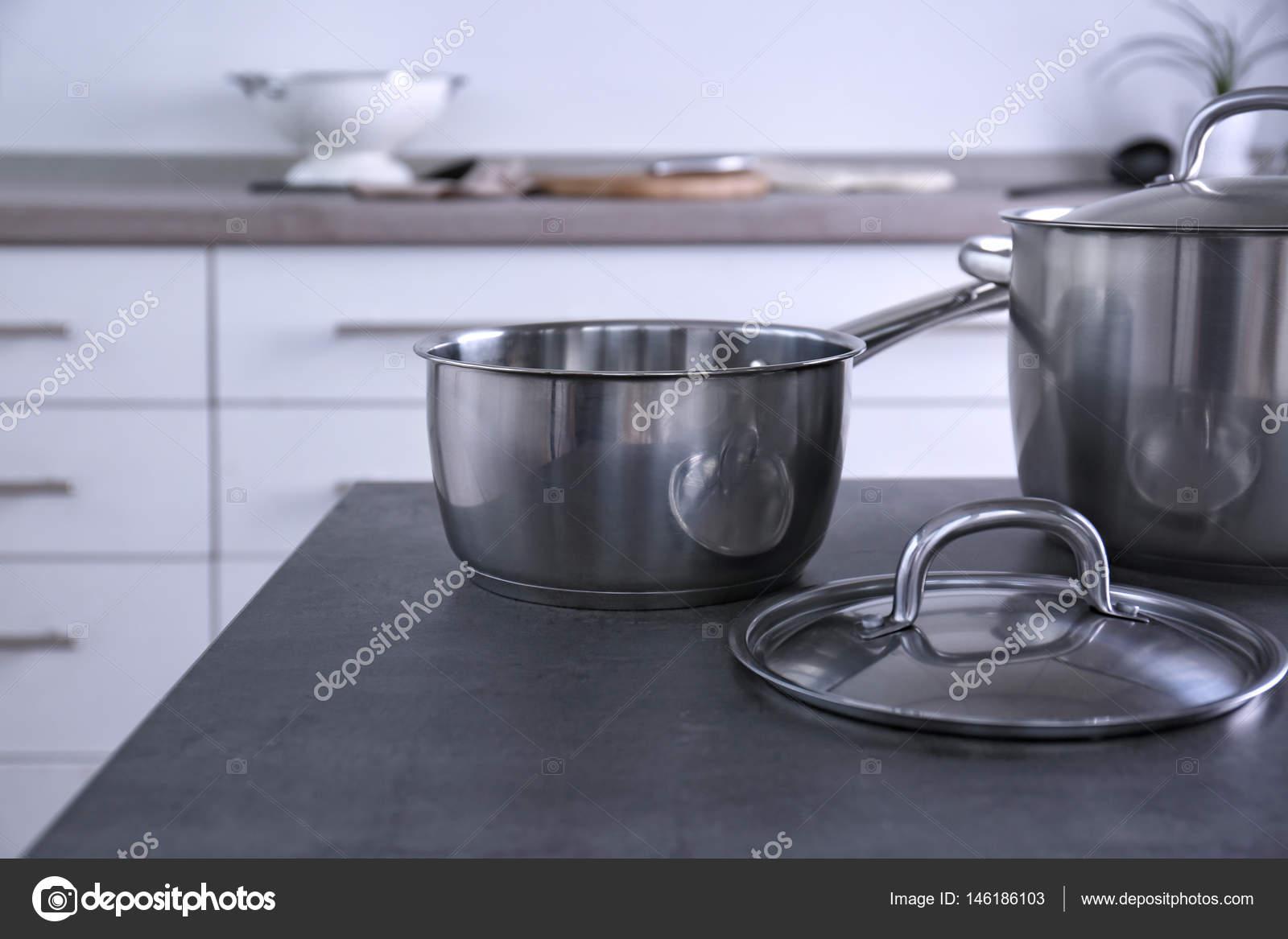 metal kitchen tables black appliance packages 在厨房里的金属锅 图库照片 c belchonock 146186103 在厨房桌子上的金属锅一套 照片作者belchonock