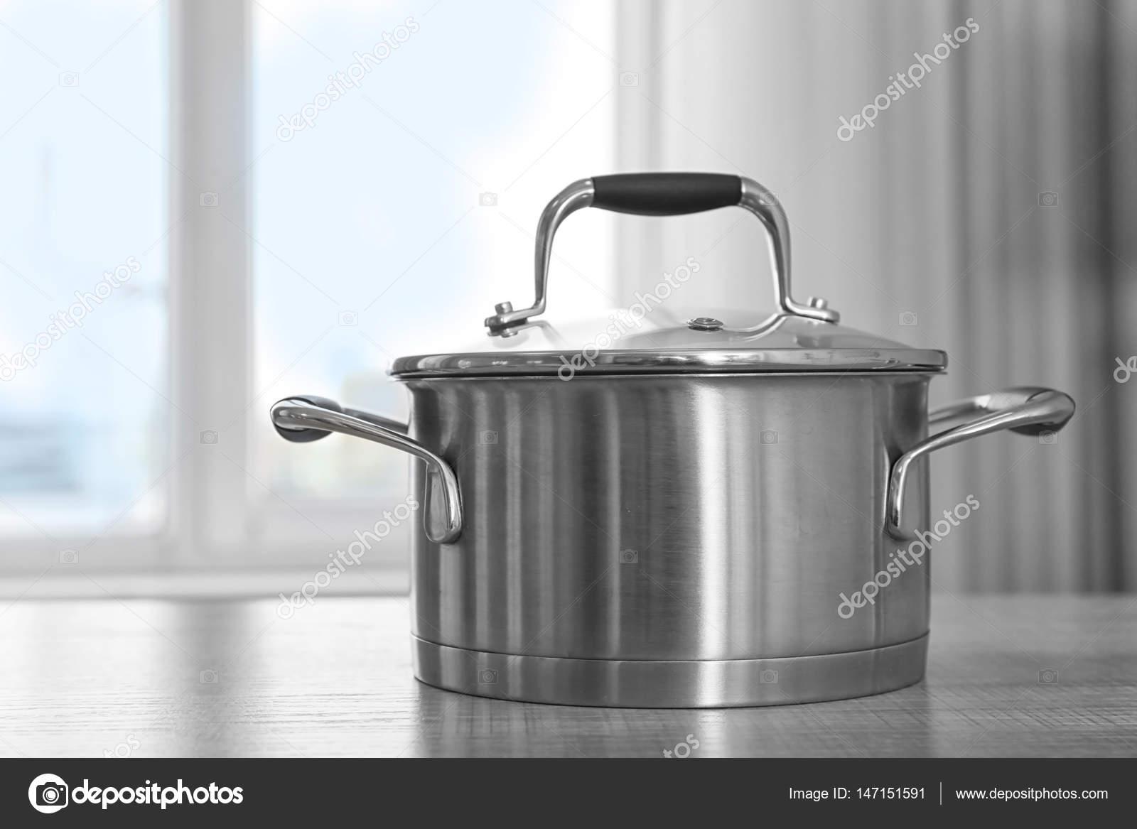 metal kitchen tables alder cabinets 桌上的金属平底锅 图库照片 c belchonock 147151591 在厨房桌子上的金属平底锅 照片作者belchonock
