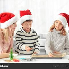 Kitchen Kid Appliance Packages Lowes 厨房小孩子准备圣诞曲奇饼的少妇 图库照片 C Belchonock 167759956
