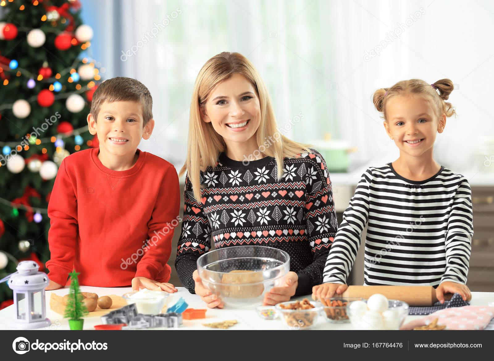 kitchen kid wholesale cabinets 厨房小孩子准备圣诞曲奇饼的少妇 图库照片 c belchonock 167764476