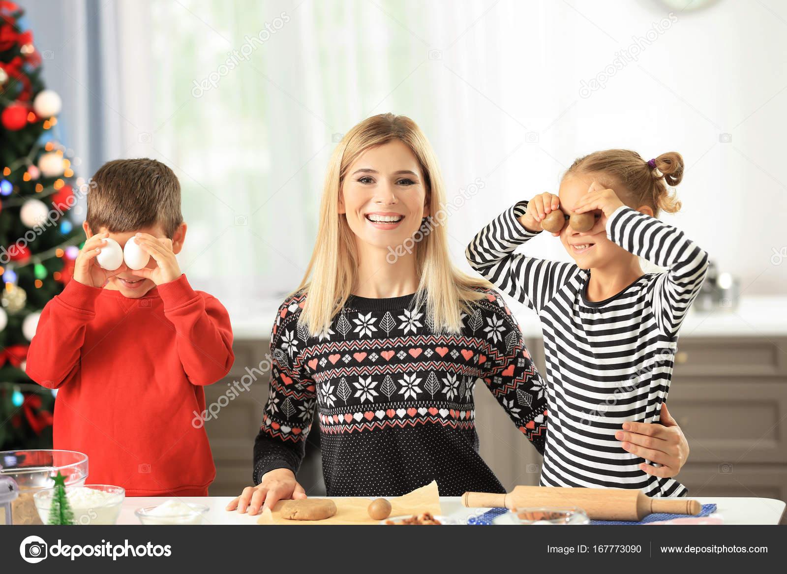 kitchen kid commercial hot box 厨房小孩子准备圣诞曲奇饼的少妇 图库照片 c belchonock 167773090