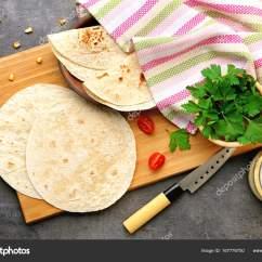 Kitchen Tables Round Bar Cart 木板与美味的玉米粉圆饼 在厨房的桌子 图库照片 C Belchonock 167776750