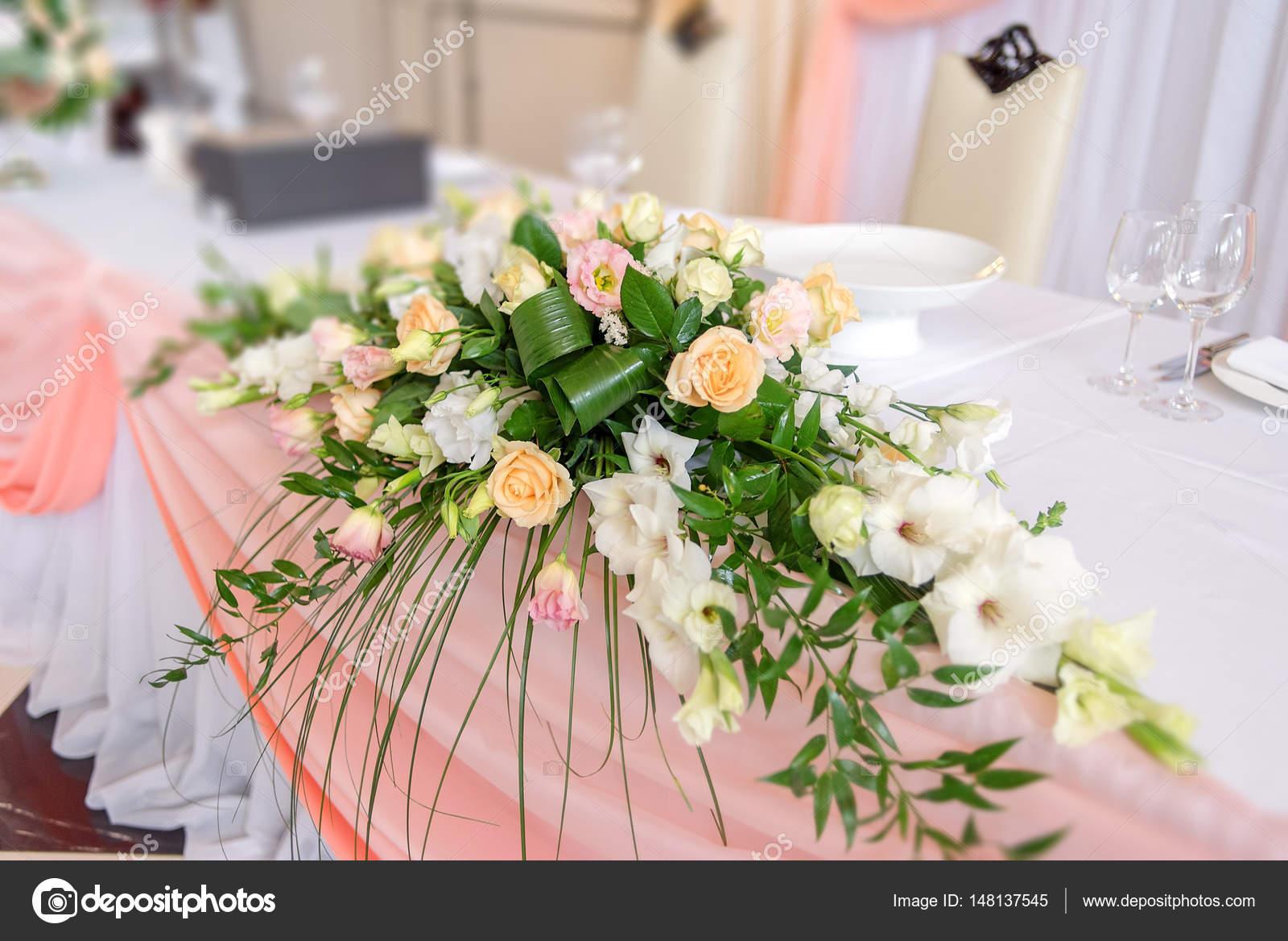 Blumenschmuck Hochzeit  Stockfoto  d_duda 148137545