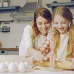 Nice Kitchen Tables Black Appliance Packages 漂亮的母亲教她的小女儿做饭 在厨房的桌子上捏一女儿饼干 内 图库视频 在厨房的桌子上