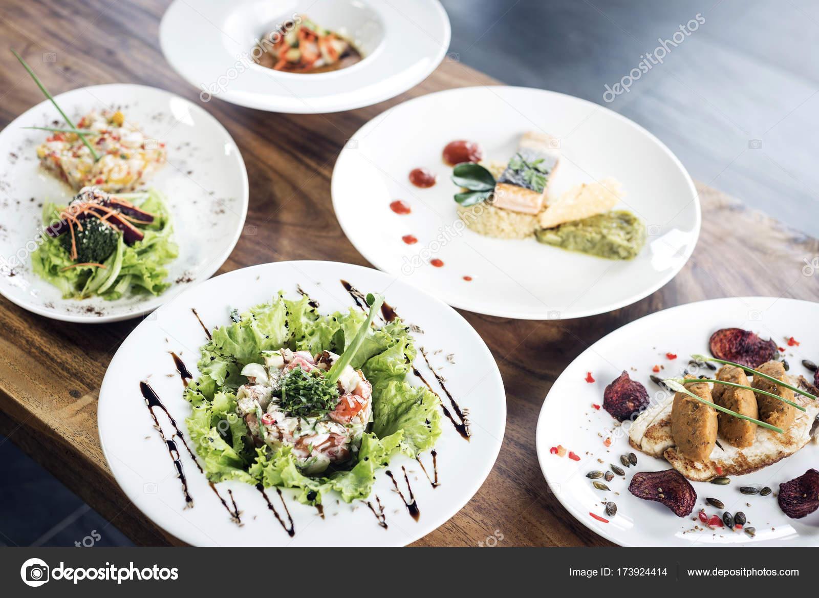 mezcla gourmet moderna fusin platos sobre mesa  Fotos de