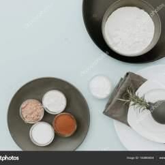 Ceramic Kitchen Top Paula Deen Cabinets 陶瓷餐具ingredientes 在柔和的背景上的顶部视图模拟准备烘烤厨房桌 在柔和的背景上的顶部视图模拟准备烘烤厨房