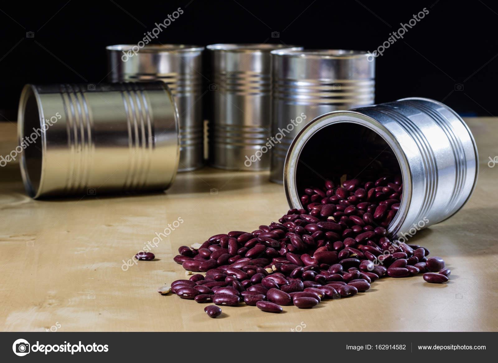 metal kitchen tables remodeling ideas on a small budget 在金属罐的木制厨房桌子上的美味豆 图库照片 c piotrek wytrazek pl