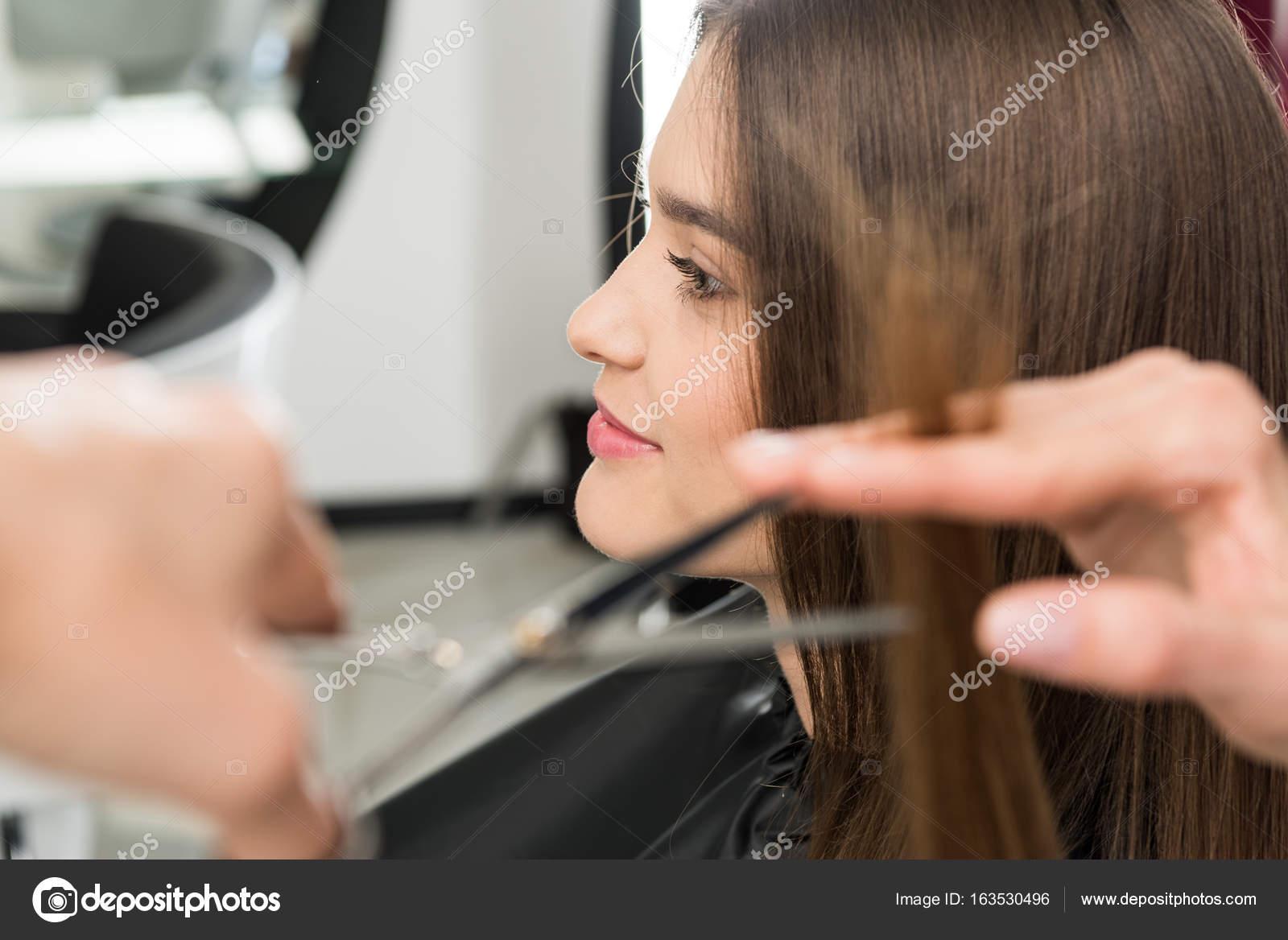 Friseur Haare schneiden von Frau  Stockfoto  DimaBaranow