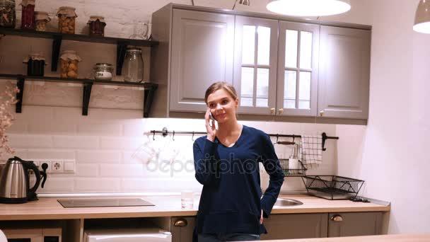 kitchen phone decorative towels 女人晚上在厨房打电话 接电话 图库视频影像 c mustang marshal gmail