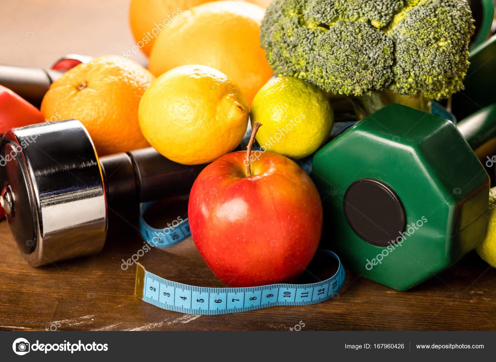 Halteres Et Fruits Des Aliments Sains