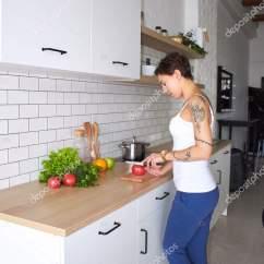 Nice Kitchen Tables Prefabricated Outdoor 漂亮的家庭主妇 站在厨房的桌子 与不同的蔬菜 图库照片 C Fekla 172039114