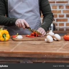 Kitchen Lanterns Island Made Out Of Dresser 裁剪的人在厨房的灯笼椒图像 图库照片 C Igorvetushko 182423782