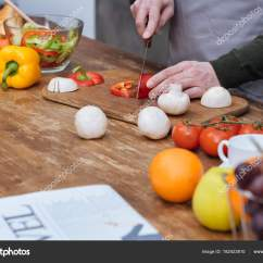 Kitchen Lanterns Slide Out Organizers Cabinets 在厨房切割红灯笼椒的裁剪图像 图库照片 C Igorvetushko 182423810