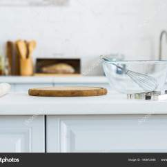 Kitchen Counter Lighting Over Sink 厨房柜台上的滚针切板和碗 图库照片 C Igorvetushko 190672548