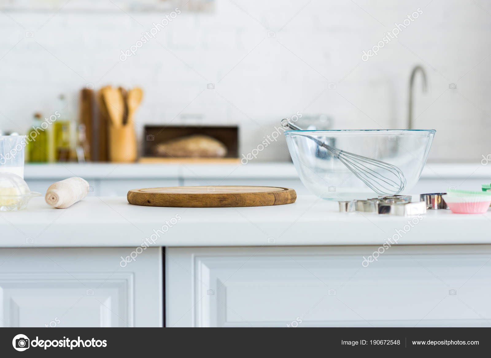 kitchen counters metal table sets 厨房柜台上的滚针切板和碗 图库照片 c igorvetushko 190672548