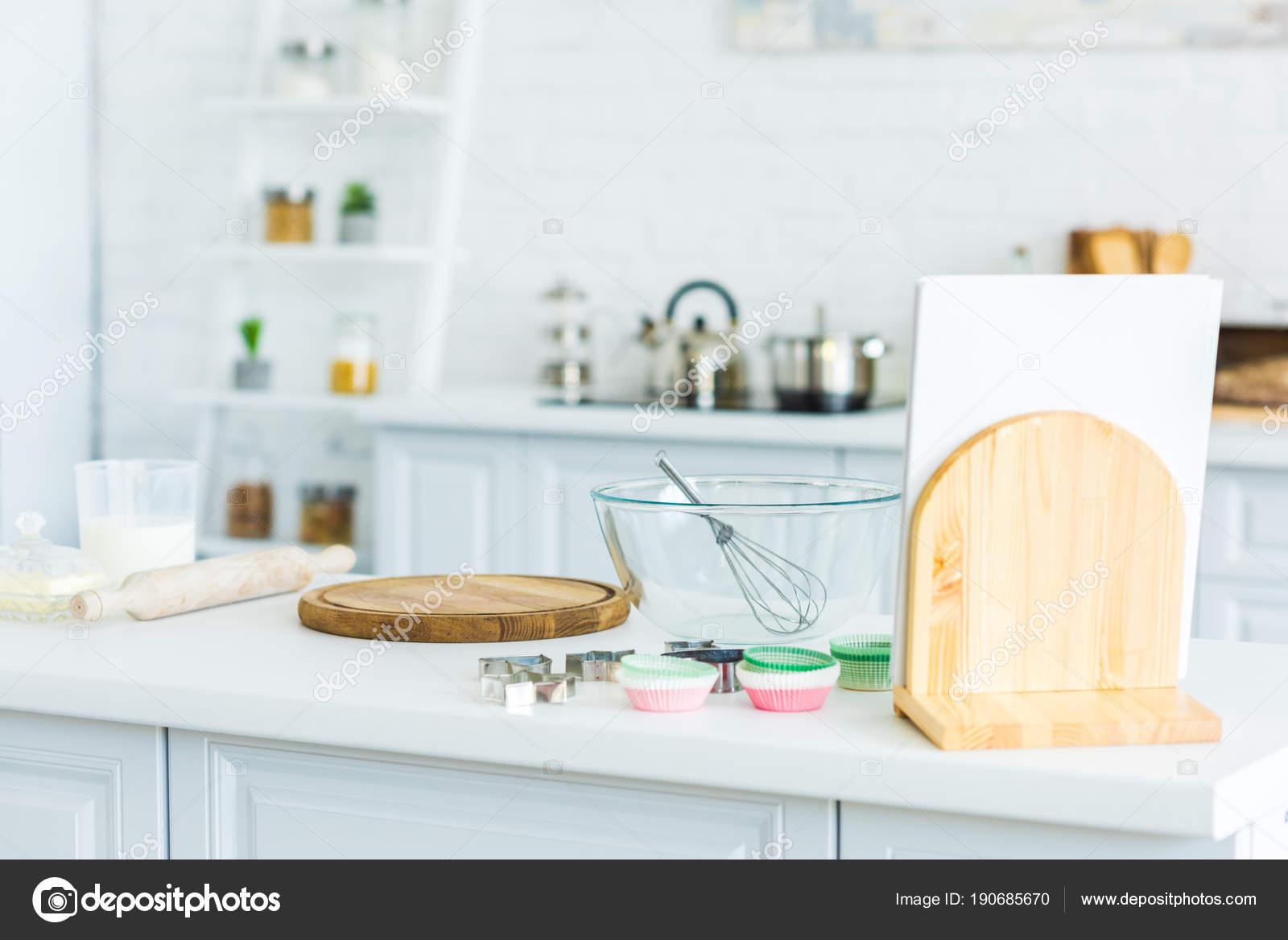 kitchen counter mid century chairs 厨房柜台带扫的切板和碗 图库照片 c igorvetushko 190685670