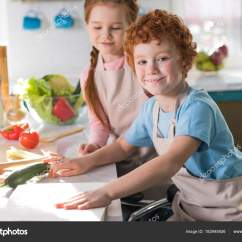 Kitchen Apron For Kids Cabinets Houston 美丽快乐的孩子们在厨房的围裙一起做饭 图库照片 C Allaserebrina 182945926