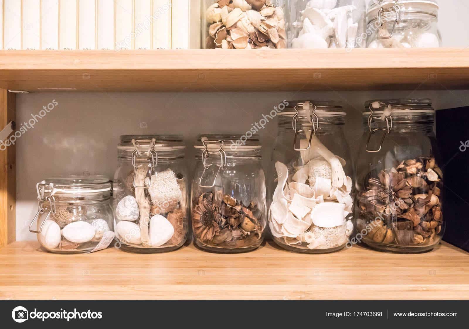 coral kitchen decor lantern lighting 家居装饰用玻璃罐中的干天然植物和珊瑚 图库照片 c v74 174703668