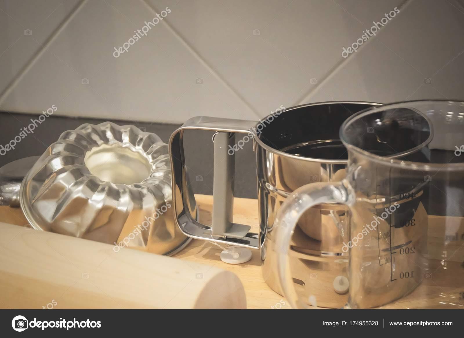 wood mode kitchens craftsman kitchen backsplash 木制的擀面杖 量杯和蛋糕模 图库照片 c arayabandit 174955328 厨房用具 木擀面杖与玻璃量杯和蛋糕模具上用于制作烘焙产品木制切菜板 照片作者arayabandit