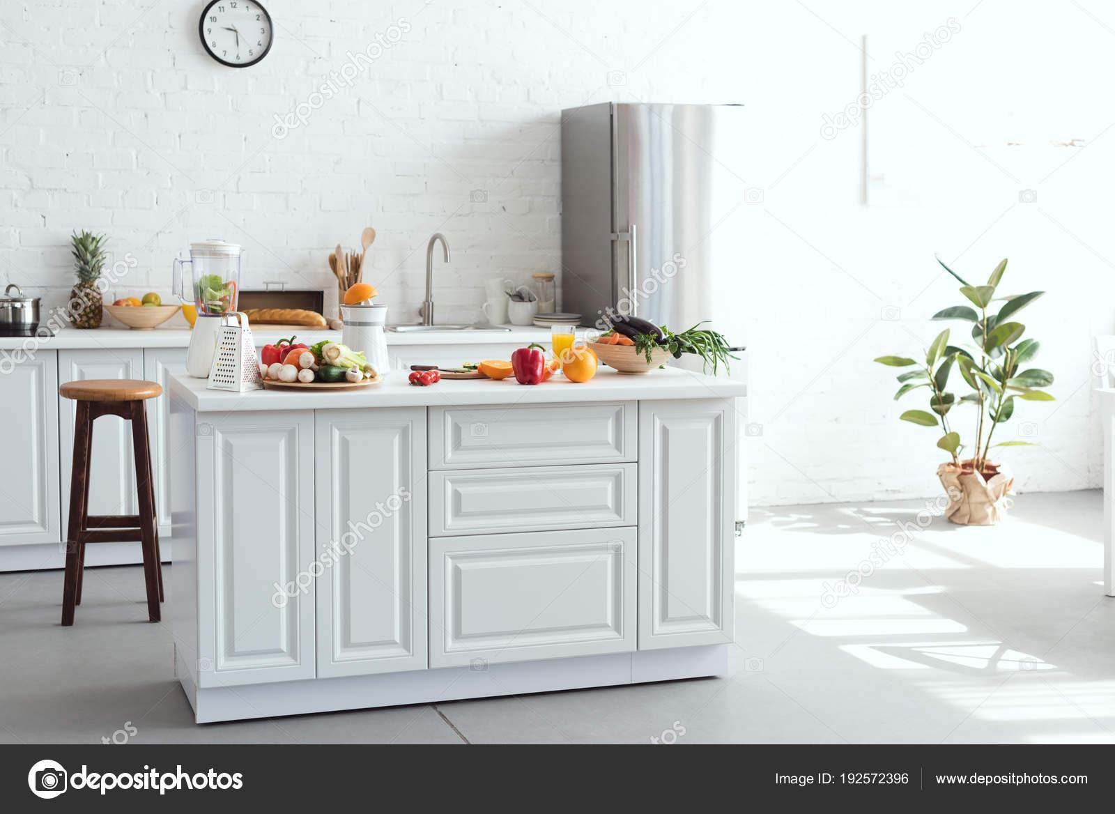 kitchen counter yellow table 厨房柜台上的水果蔬菜白光厨房内饰 图库照片 c vitalikradko 192572396
