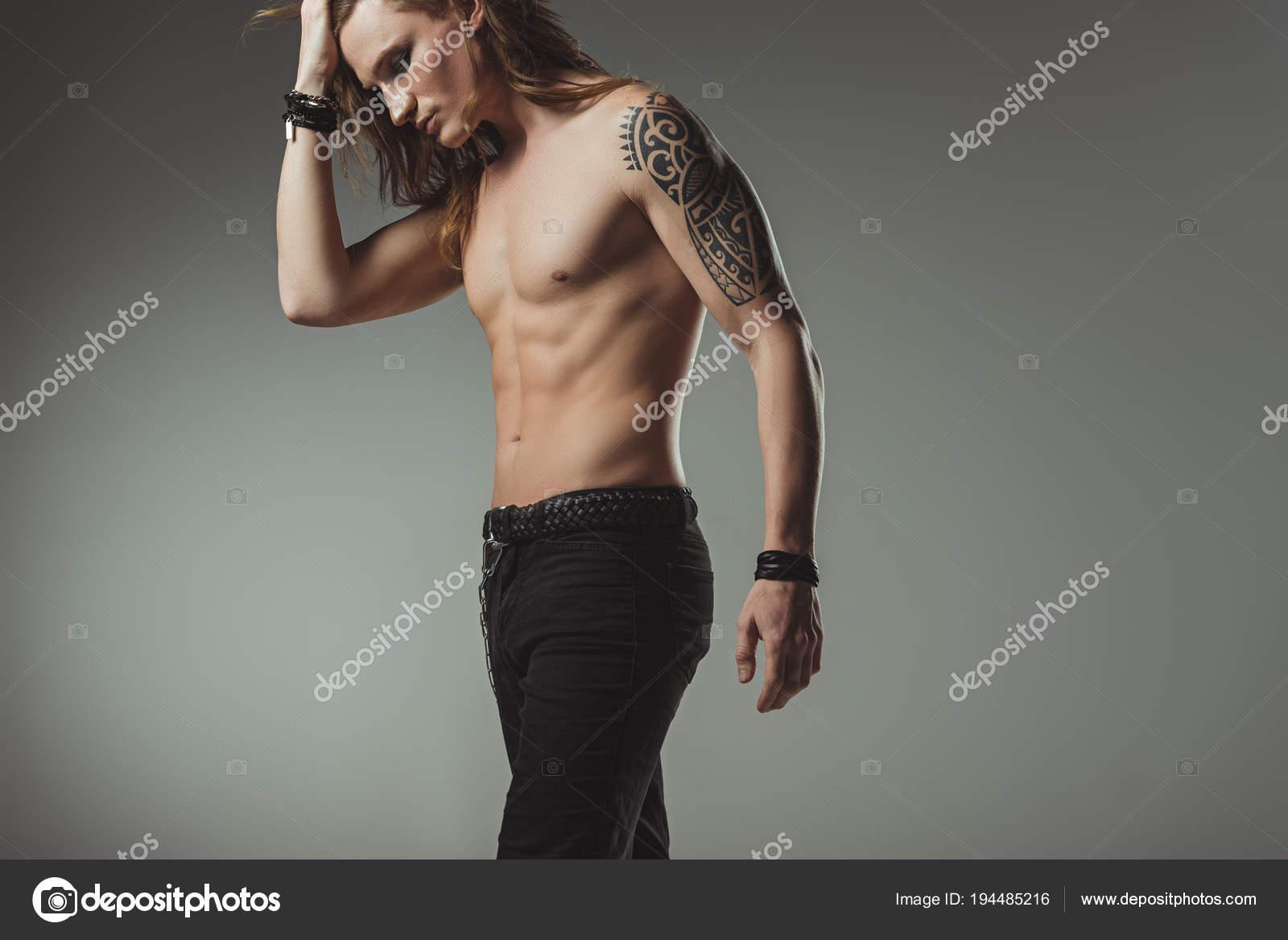 Elegante Camisa Hombre Con Tatuajes Posando Vaqueros Negro Aislados