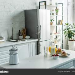 Kitchen Counter Rack Home Depot Delta Faucets 现代轻厨房的内部与冰箱和厨房柜台 图库照片 C Vitalikradko 194827642