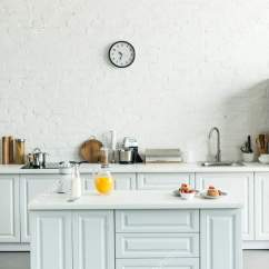 Kitchen Counters Counter Top Table Sets 现代光厨房的内部与薄饼和橙汁在厨房柜台 图库照片 C Vitalikradko 194828258