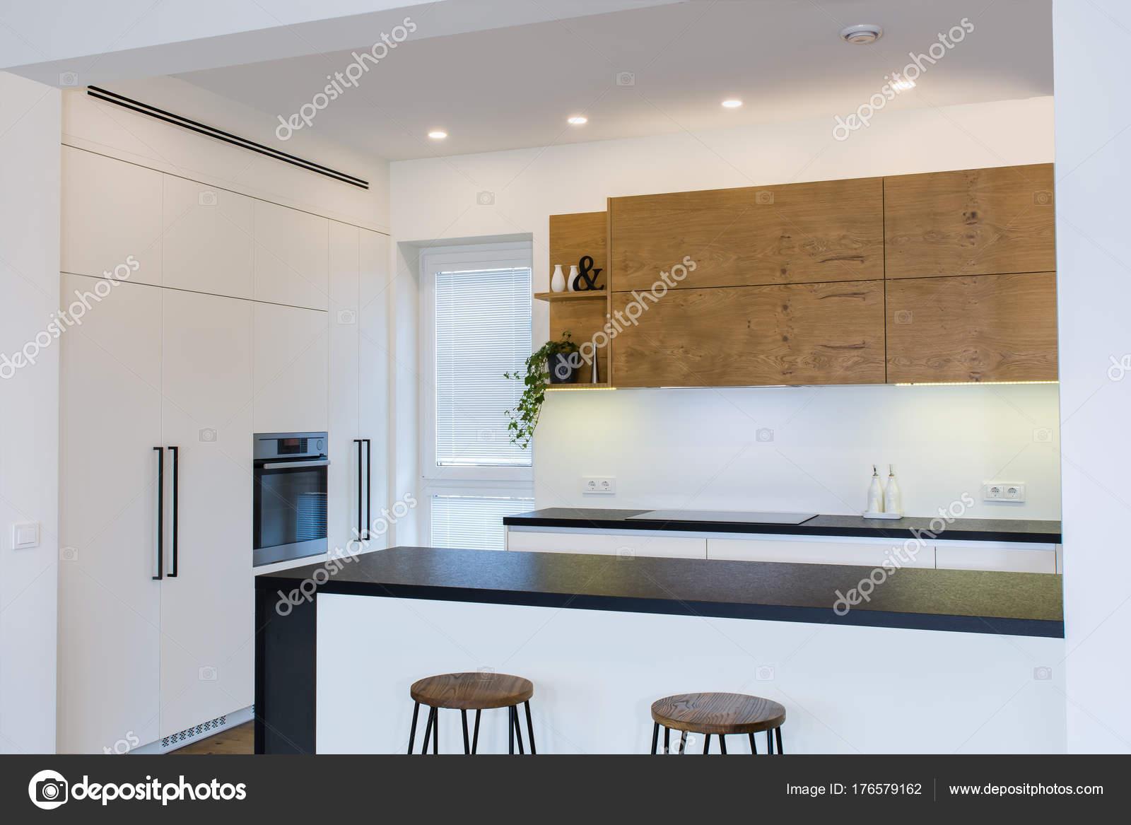redesigning a kitchen with pantry cabinet 现代厨房设计在轻的内部与木口音房间里还有一个厨房半岛厨房和客厅结合 现代厨房设计在轻的内部与木口音房间里还有一个厨房