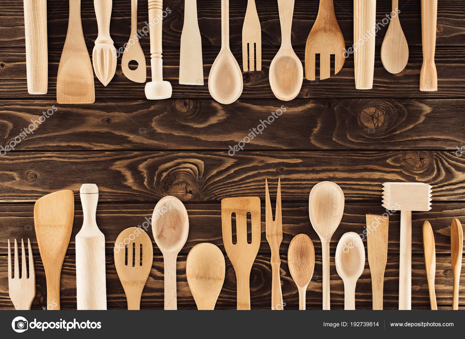 kitchen table high top outdoor cabinets stainless steel 摆放在木桌上的厨房用具的顶部视图 图库照片 c vadimvasenin 192739814