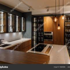 Kitchen Bulbs Carousel Utensil Holder 现代厨房内饰与玻璃橱柜和装饰灯泡 图库照片 C Antonmatyukha 194220266