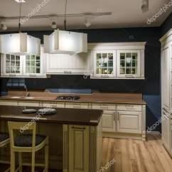 Refurbished Kitchen Table Modern Cabinets Online 翻新厨房内饰与灯具柜台 图库照片 C Antonmatyukha 194220416