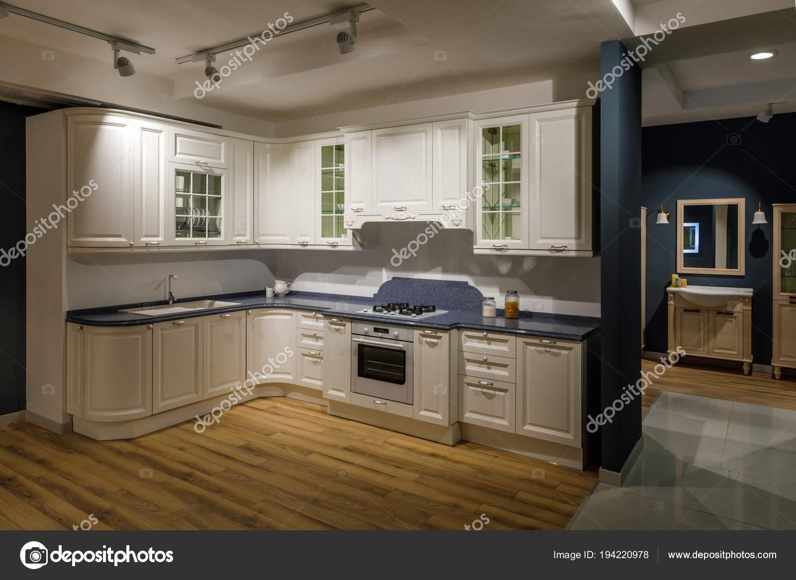 kitchen back splash bobs furniture sets 在白色和蓝色的色调翻新厨房内饰 图库照片 c antonmatyukha 194220978