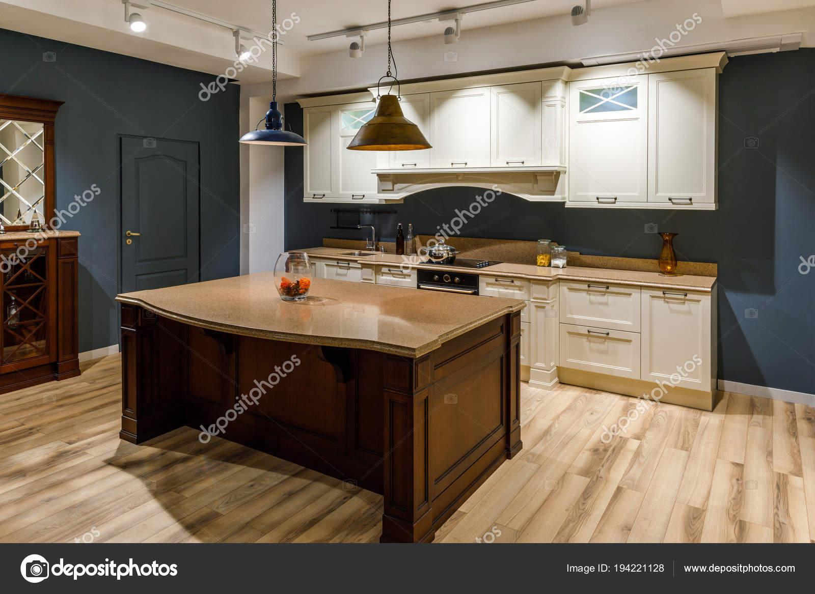 www.kitchen cabinets white drop leaf kitchen table 时尚的厨房与典雅的木制柜台和白色橱柜 图库照片 c antonmatyukha 194221128