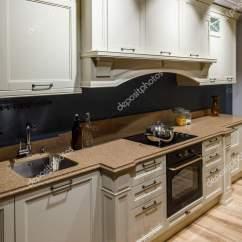 Refurbished Kitchen Table Sink Overflow 翻新厨房内饰与火炉柜台 图库照片 C Antonmatyukha 194221288