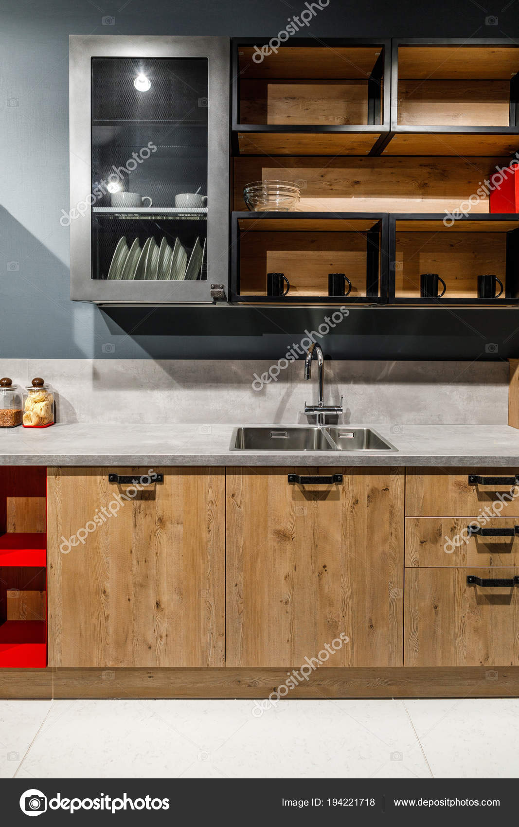 www.kitchen cabinets kitchen chandelier lighting 时尚的厨房与典雅的木制橱柜和火炉 图库照片 c antonmatyukha 194221718