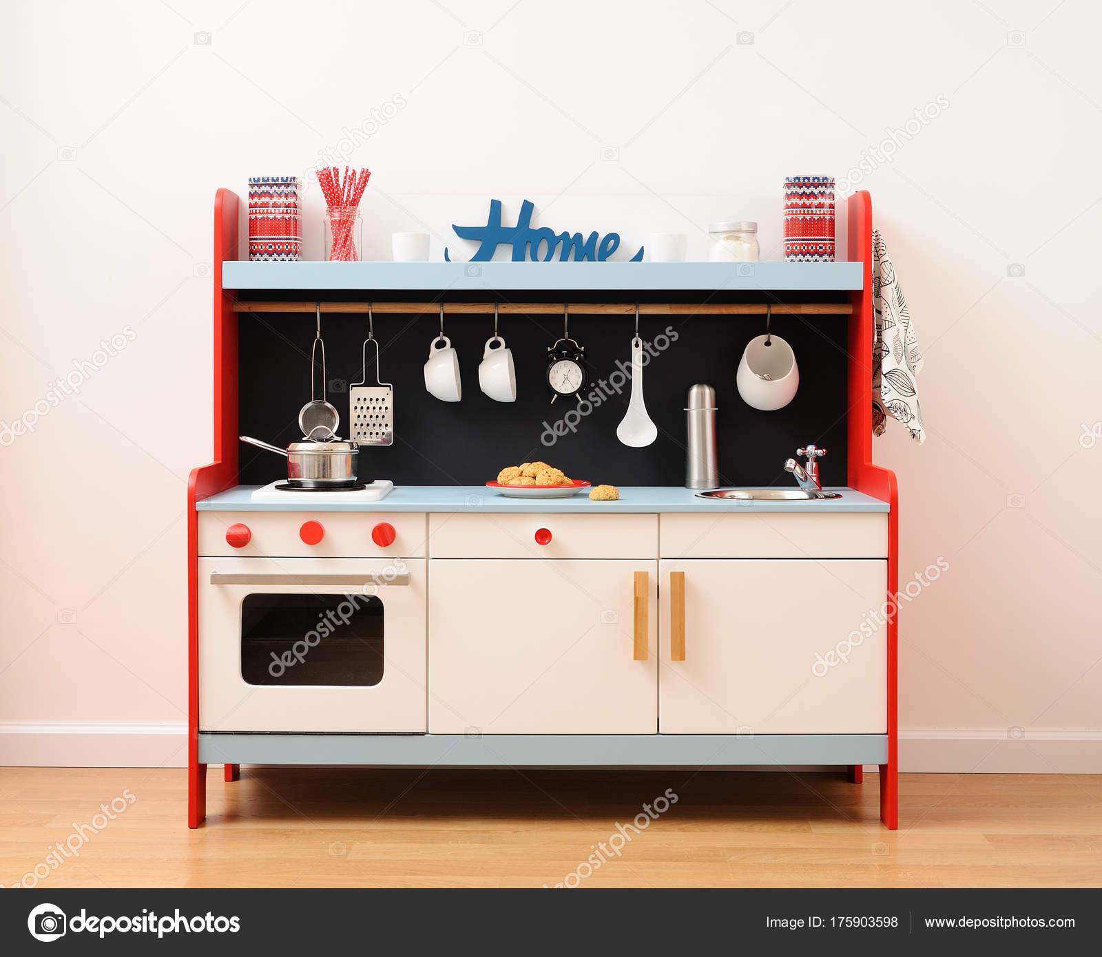 kitchen prep sink 19x33 时尚的玩具厨房配有烤箱 抽屉 炉灶和水槽 配有餐具准备好玩 图库照片 配有