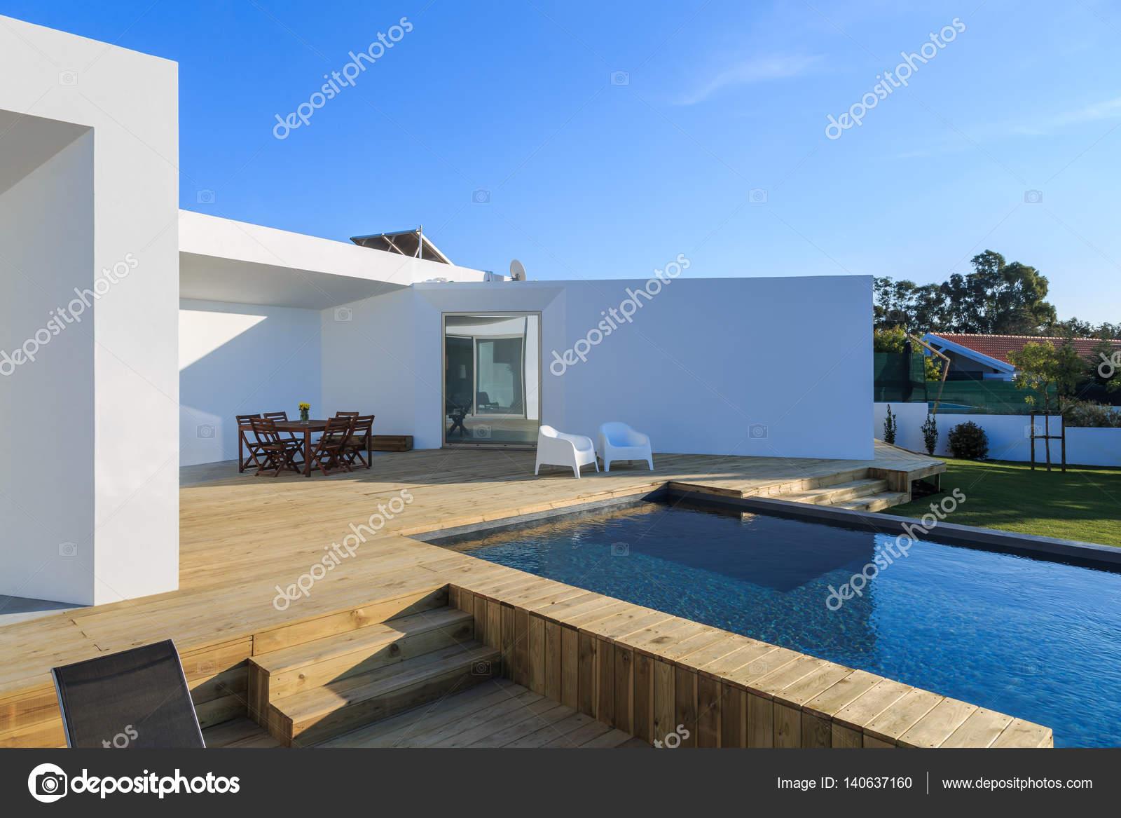 Fotos piscina com deck  Casa moderna con jardn piscina