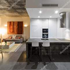 Gray Tile Kitchen Floor White Subway Backsplash 现代厨房与灰色瓷砖地板和白墙 图库照片 C Papandreos 140638658
