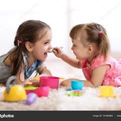 Kid Kitchens Grohe Kitchen Faucets Lowes 可爱的小孩玩厨房用具 躺在家里的地板上 图库照片 C Oksun70 181083050