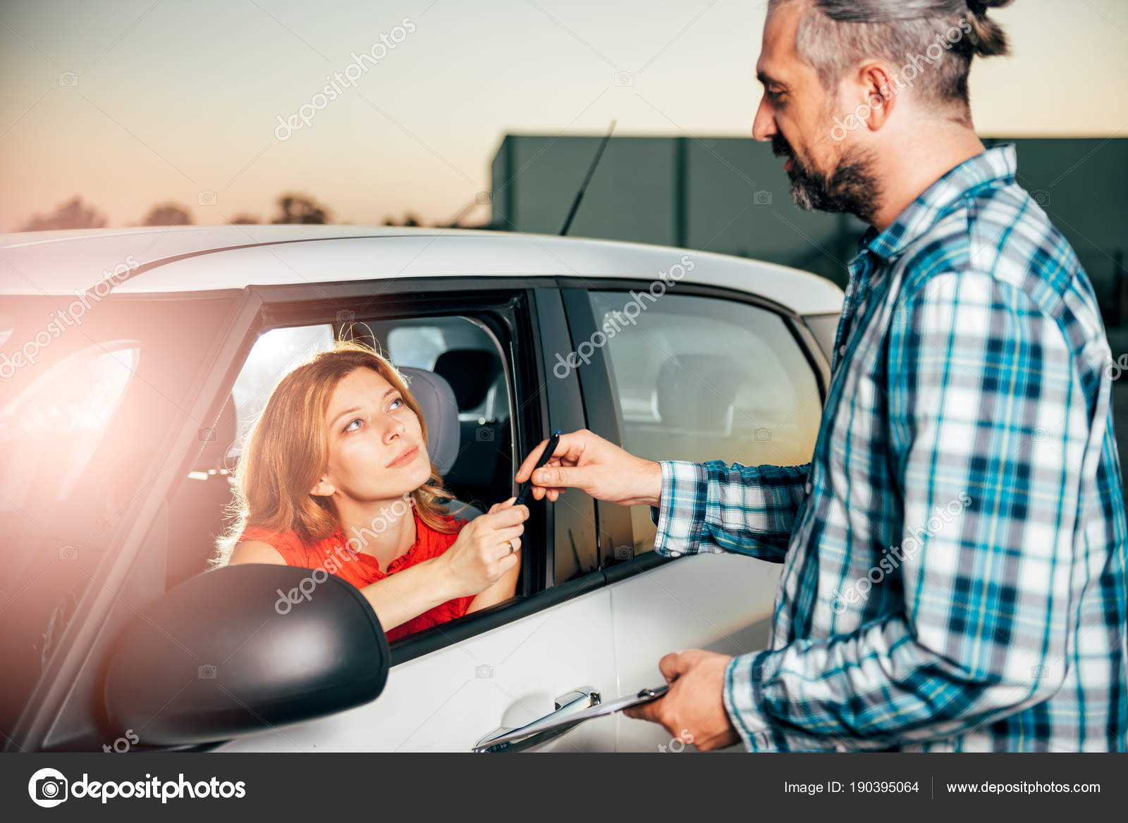 Woman Sitting Car Signing Car Rental Agreement — Stock Photo