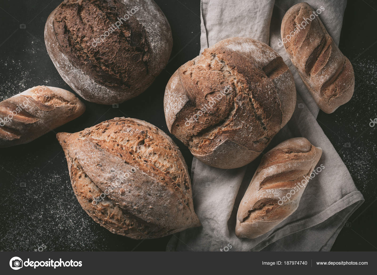 gray kitchen towels target table sets 平躺的各种面包选择 杂粮在厨房毛巾上的乡村面包灰色背景 顶部视图 杂粮在厨房毛巾上的乡村面包
