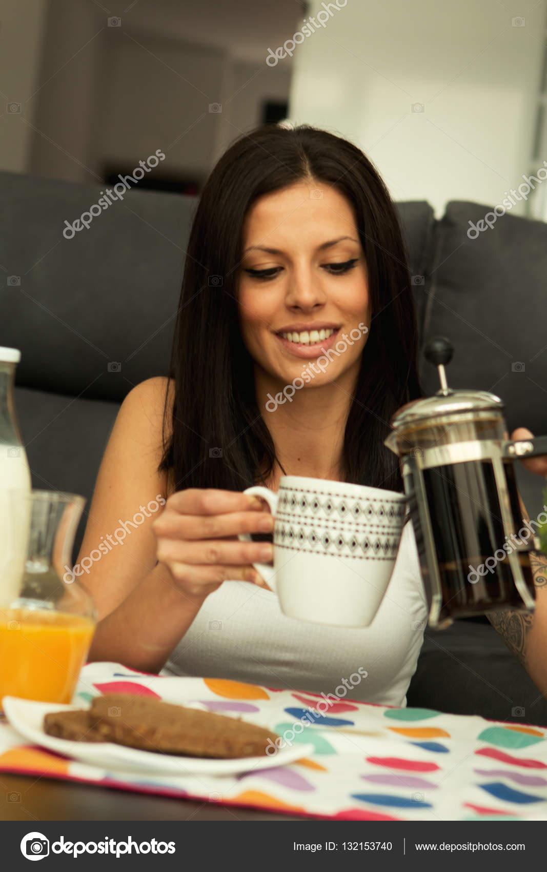 mujer tomando el desayuno en casa  Foto de stock  Gelpi