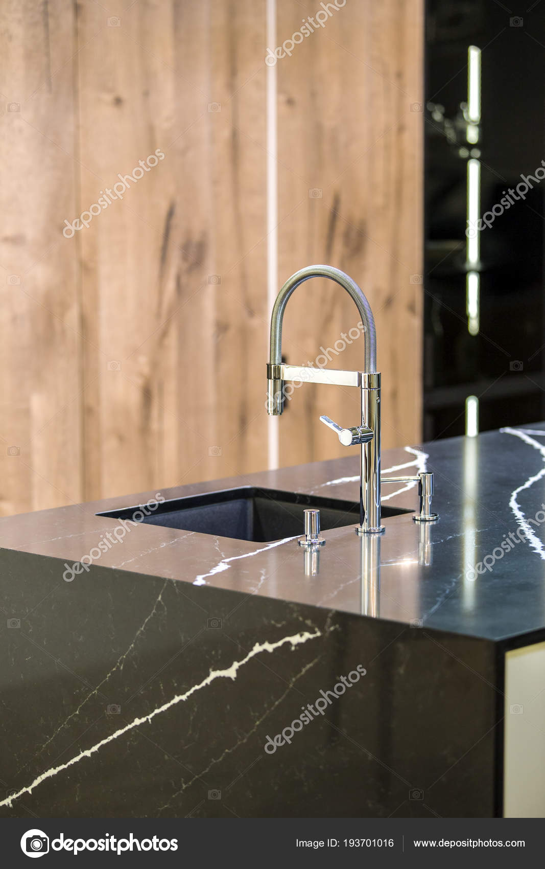luxury kitchen faucets pendant lighting 厨房龙头 现代厨房 阁楼风格 黑色大理石桌 木制豪华厨房 图库照片 照片作者olga prava