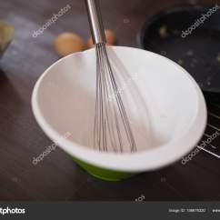 Kitchen Whisk Island For 用钢丝拂尘 厨房里的碗 图库照片 C Wavebreakmedia 156678320